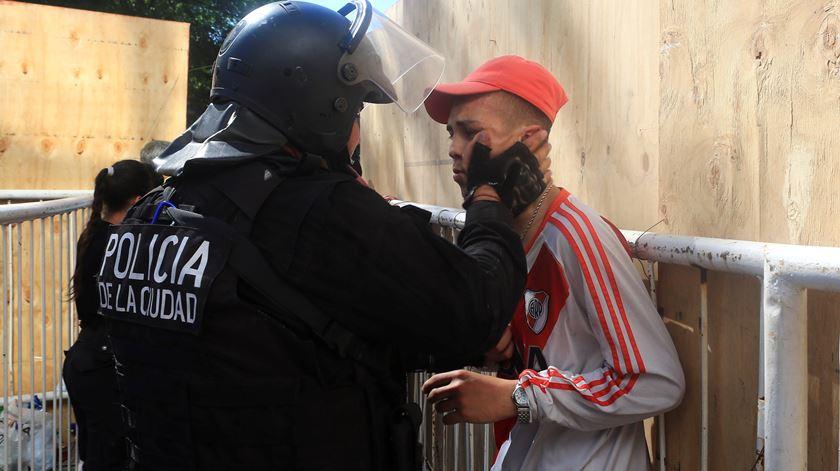 River Plate - Boca Juniors. Polícia com adepto. Foto: Juan Ignacio Rocoroni/EPA