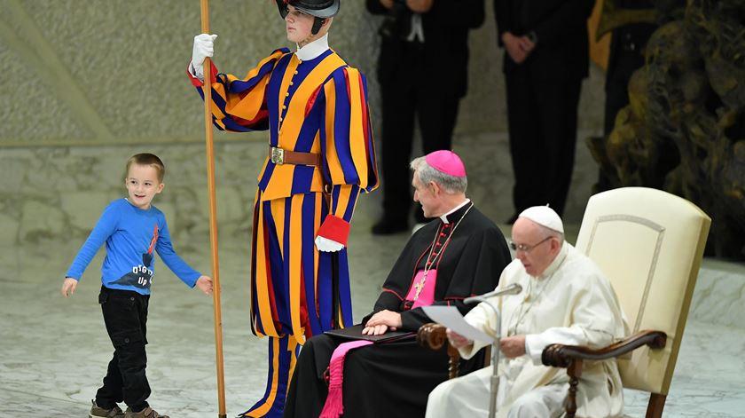 """""""Creio que esta criança nos deu uma lição"""", diz Papa sobre menino que """"invadiu"""" audiência geral"""