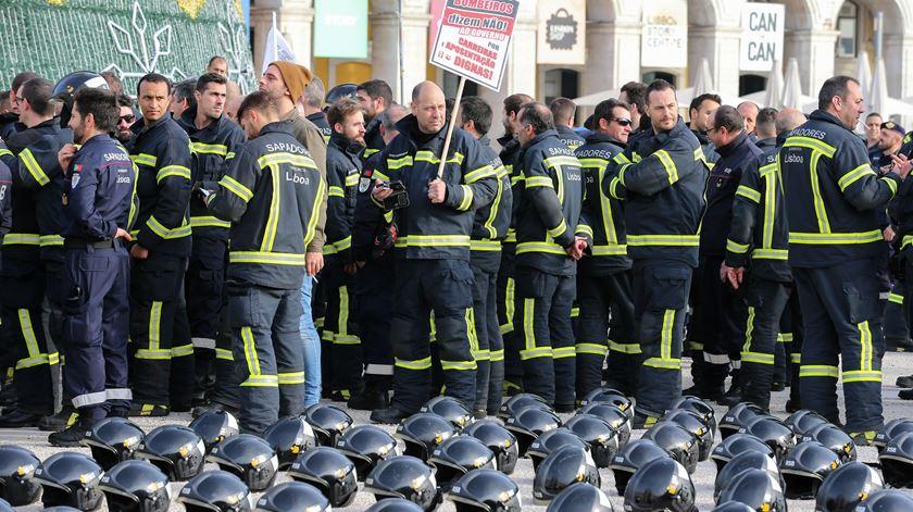 Bombeiros ameaçam sair da Proteção Civil se Governo não aceitar exigências. Foto: Manuel de Almeida/Lusa