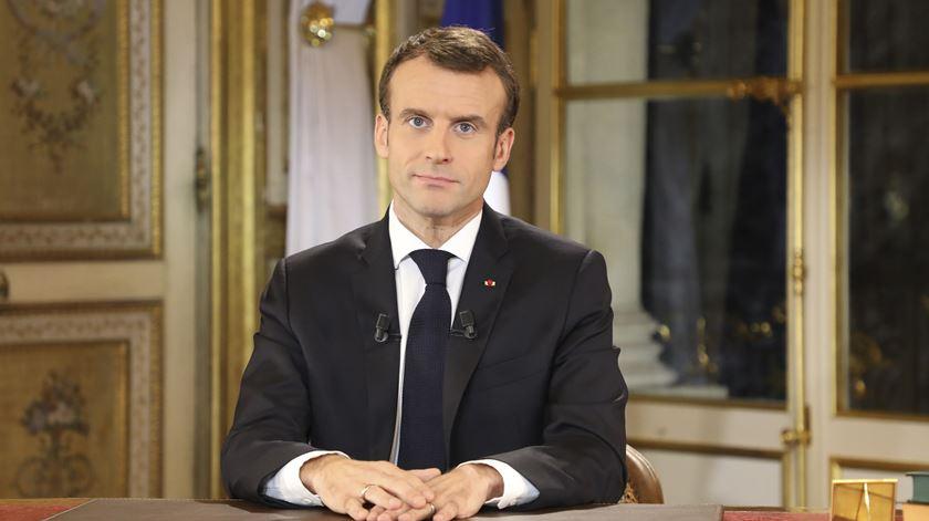 """Macron anuncia aumento do salário mínimo. """"Assumo a minha responsabilidade""""."""