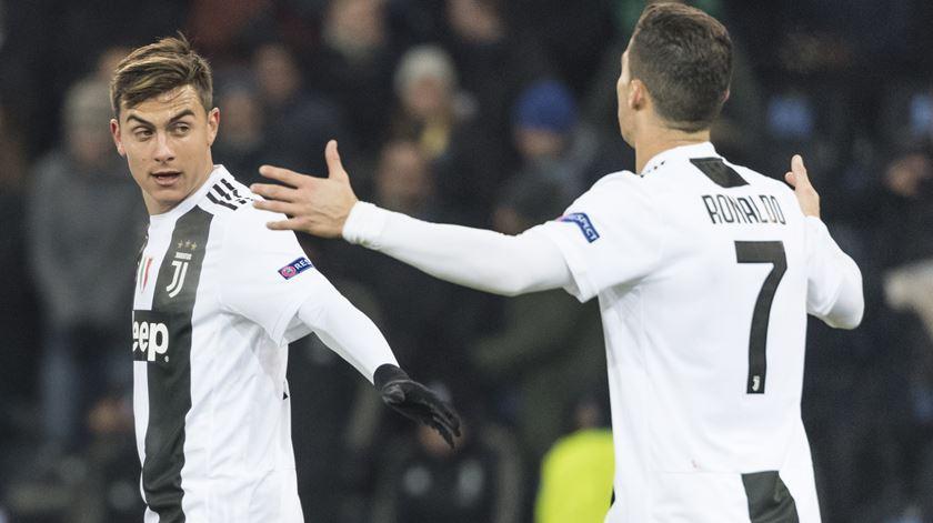 Dybala salva Juventus em Turim