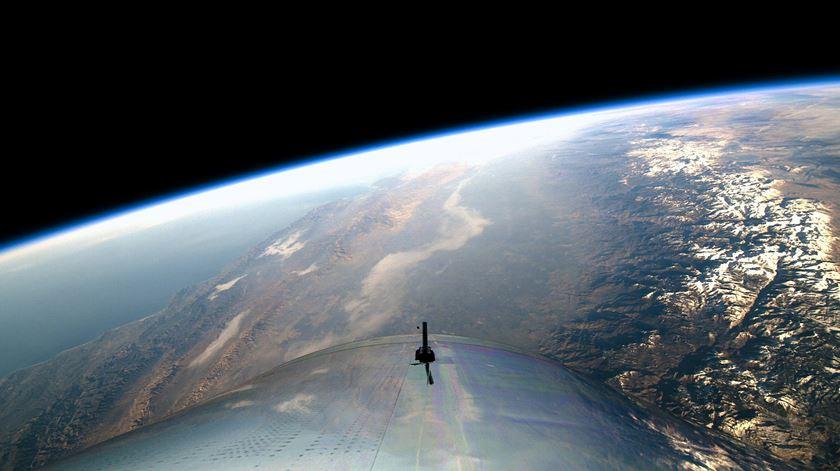 Nave da Virgin Galactic realiza voo tripulado