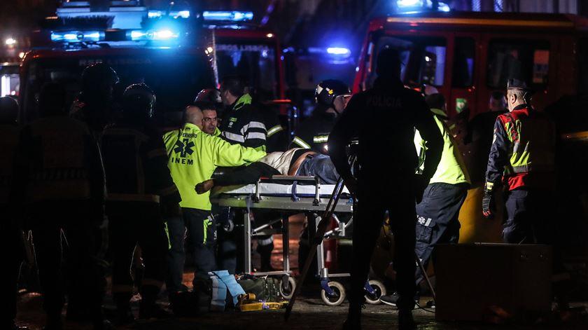 Vários feridos, incluindo crianças, em descarrilamento de elétrico em Lisboa