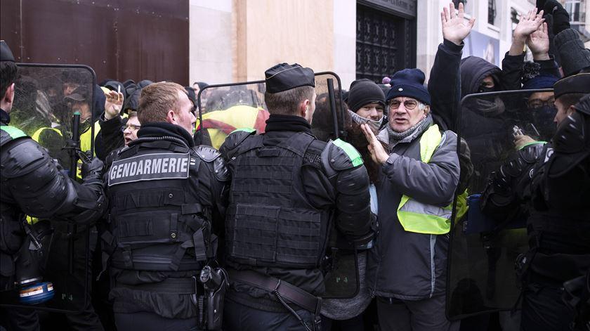 """Polícia controla """"coletes amarelos"""" com gás lacrimogéneo"""