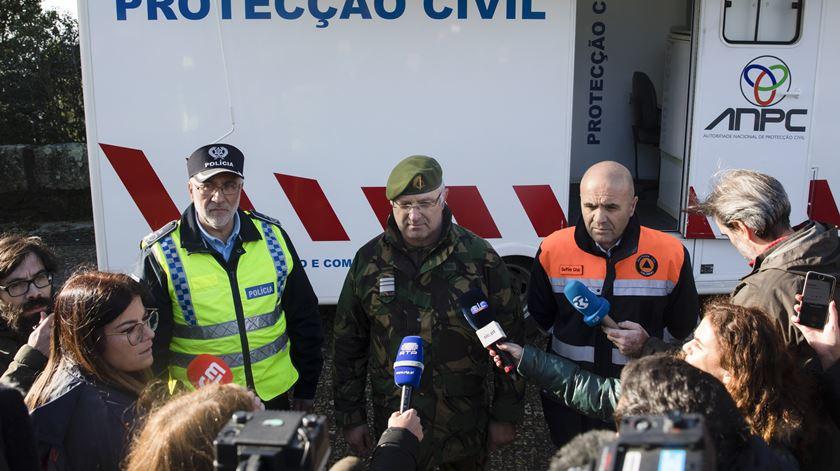 O comandante distrital do Porto da Proteção Civil, Carlos Rodrigues Alves, em declarações aos jornalistas. Foto: José Coelho/Lusa