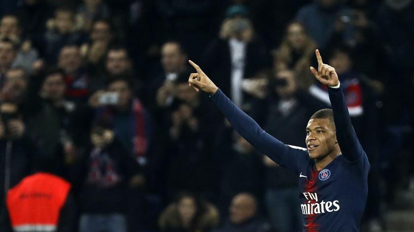 Mbappé fica no Paris Saint-Germain na próxima época