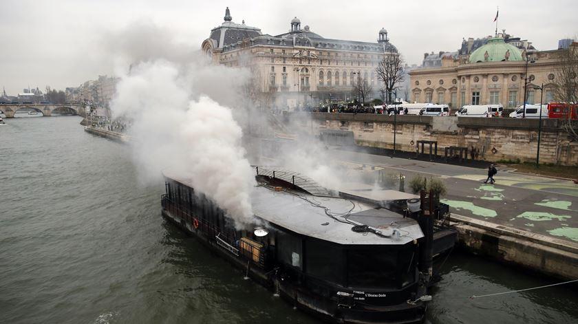 """""""Coletes amarelos"""". Tensão e chamas voltam às ruas de Paris"""