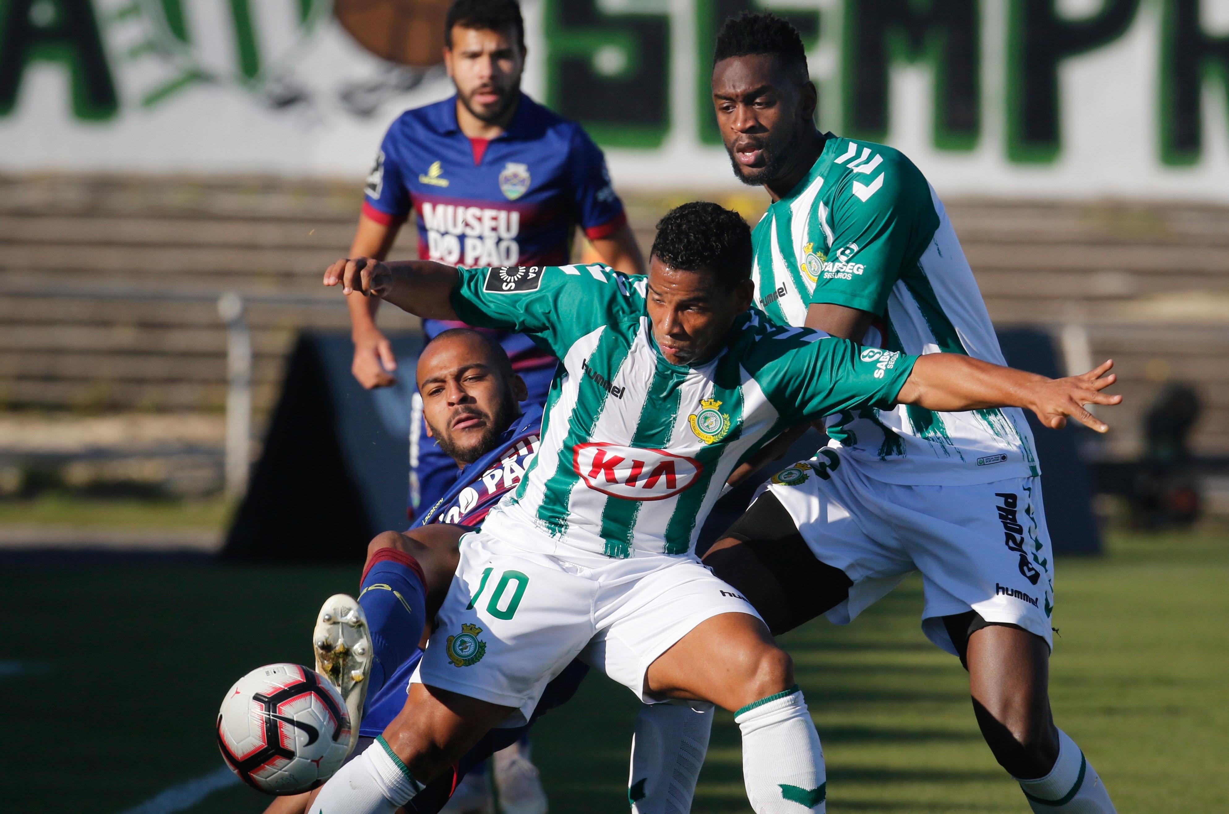 Próximo jogo do Vitória de Setúbal já terá Sandro Mendes no banco de  suplentes. Foto  Rui Minderico Lusa 4ee4fadddbf0d