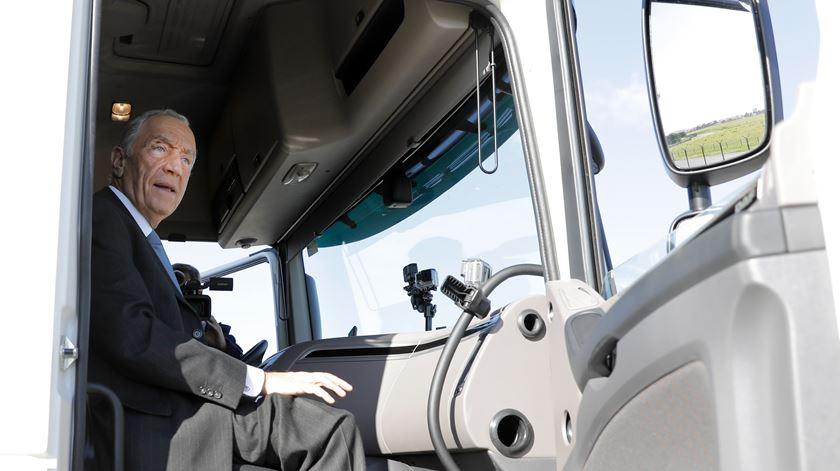 À boleia de um camião, Marcelo alerta para as dificuldades dos camionistas e estado das estradas