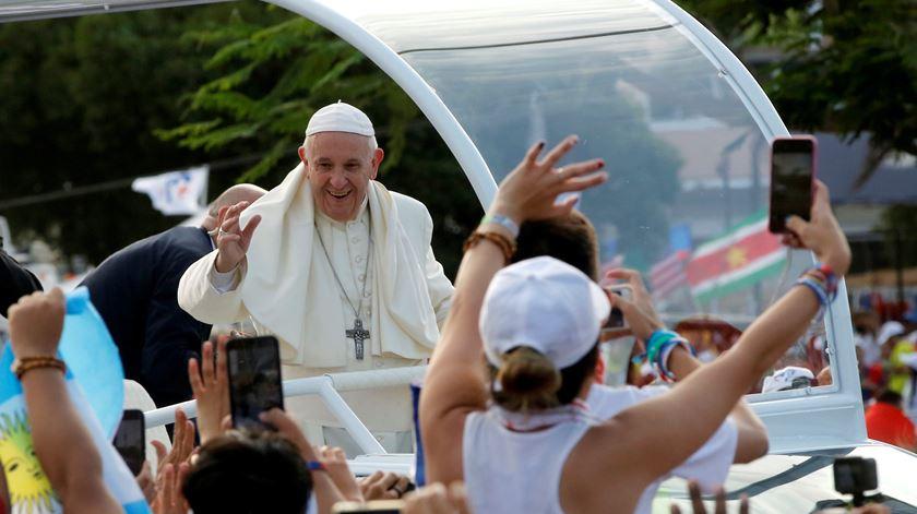 """Papa quer jovens """"construtores de pontes"""", contra os muros da divisão"""