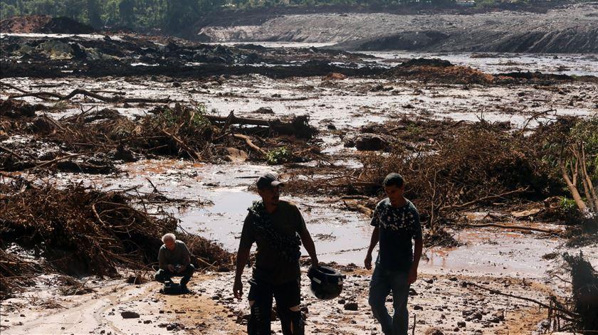 Barragem rebenta em Minas Gerais, no Brasil. Há pelo menos 50 mortos e 200 desaparecidos