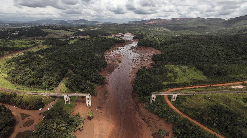 Brasil. Rutura de barragem contaminou mais de 300 quilómetros de rio