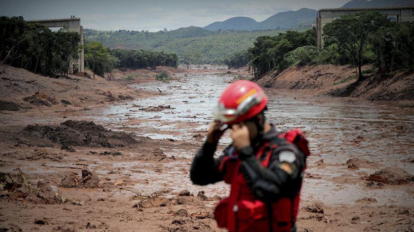 Mais de 80 mortos confirmados. Continuam as buscas após colapso de barragem no Brasil