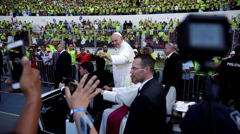Papa agradeceu aos voluntários e ouviu uma portuguesa