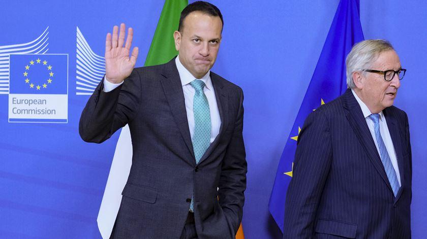 Leo Varadkar primeiro-ministro da Irlanda, e Jean-Claude Juncker, presidente da Comissão Europeia, reuniram-se esta semana em Bruxelas Foto: Olivier Hoslet/EPA