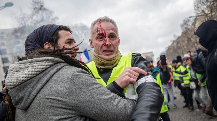 Confrontos na 13ª manifestação dos coletes amarelos em Paris