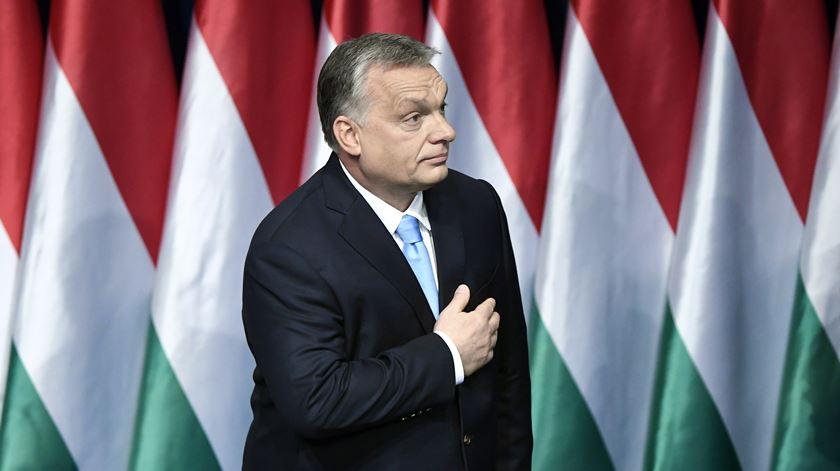 Dois homens foram presos por questionarem gestão da pandemia pelo governo húngaro