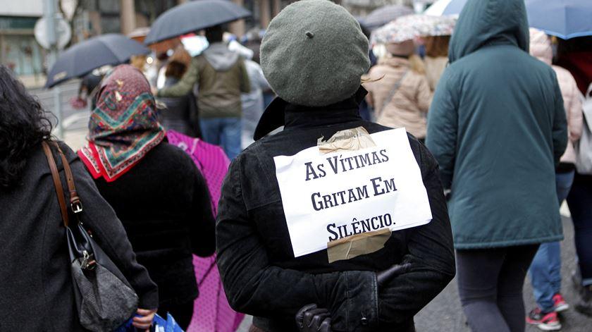 Centenas em vigília de homenagem a mulher assassinada pelo ex-marido em Braga