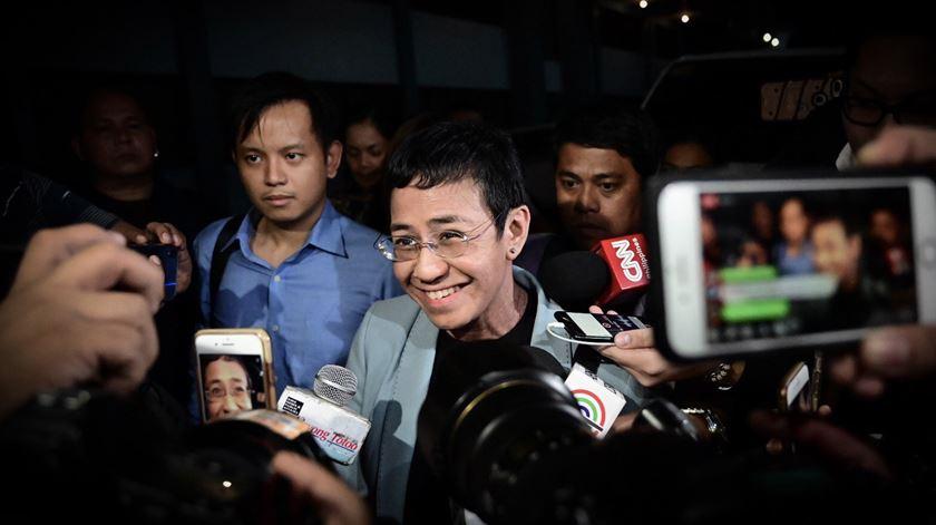 """Jornalista crítica do regime filipino detida na redação por """"difamação cibernética"""""""