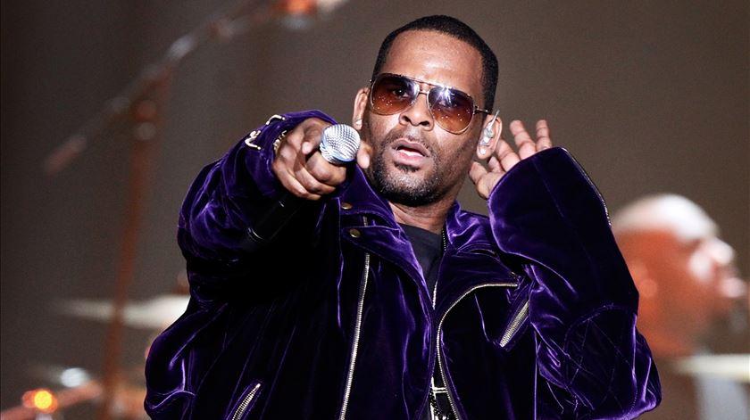 Depois de anos de rumores, cantor R. Kelly acusado de abusos sexuais