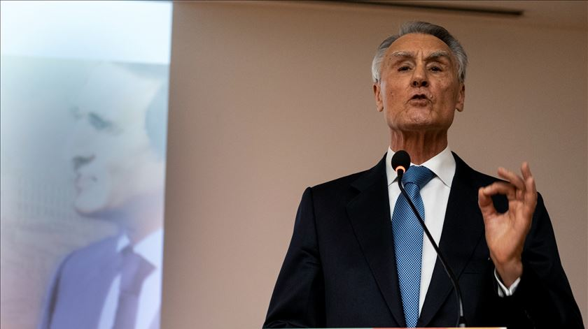 """Cavaco diz que PCP e BE têm """"vindo a esmorecer"""" na exigência de saída do euro"""