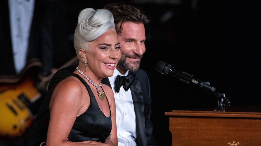 Óscares. Lady Gaga e Bradley Cooper protagonizaram o momento musical da noite