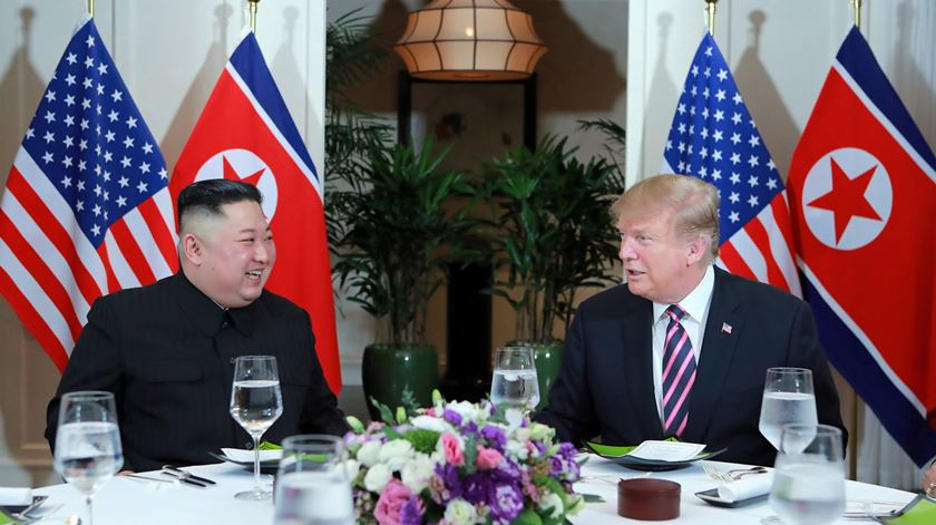 Kim Jong-un jantou com Donald Trump, na quarta-feira, em Hanói. Cimeira prossegue esta quinta-feira. Foto: KCNA