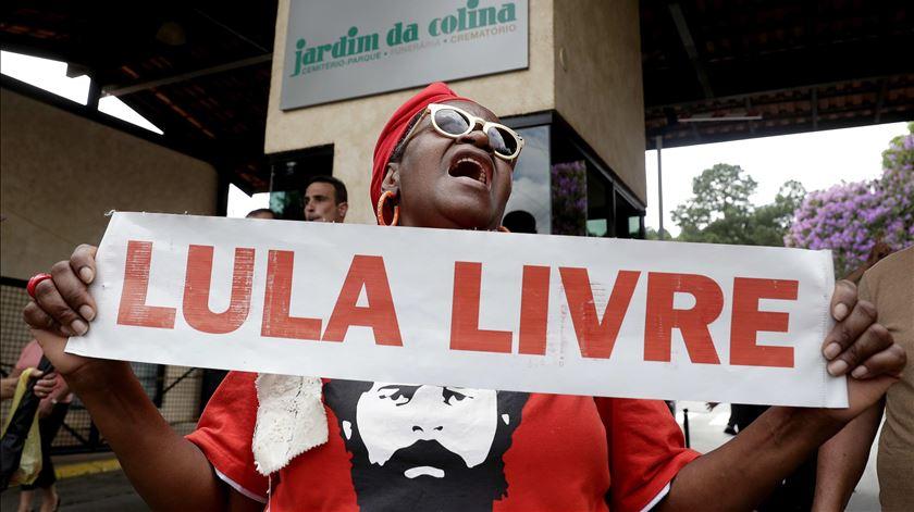 Juiz ordena libertação imediata de Lula da Silva