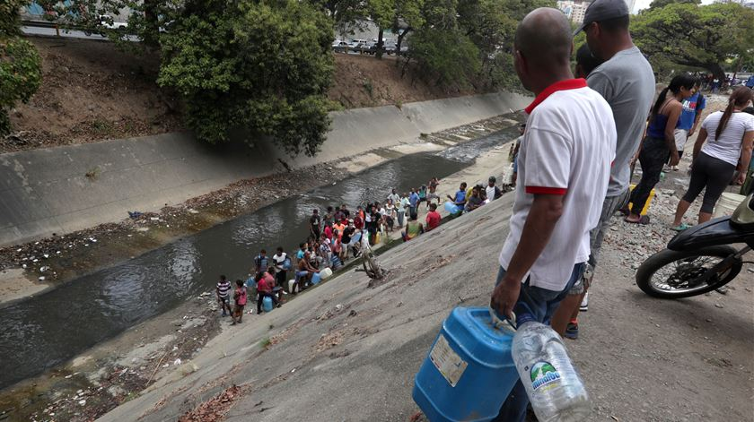 Apagão deixa venezuelanos desesperados por água