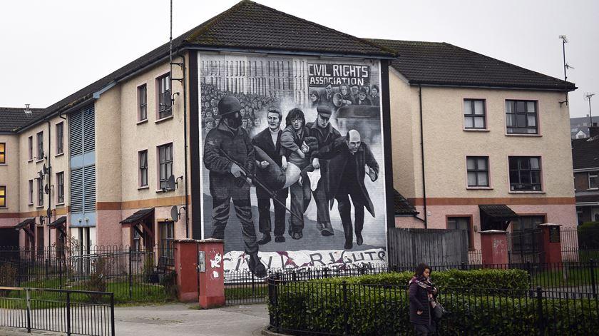 """Mural em Londonderry dedicado às vítimas da """"Sexta-feira Sangrenta"""". Foto: Neil Hall/EPA"""