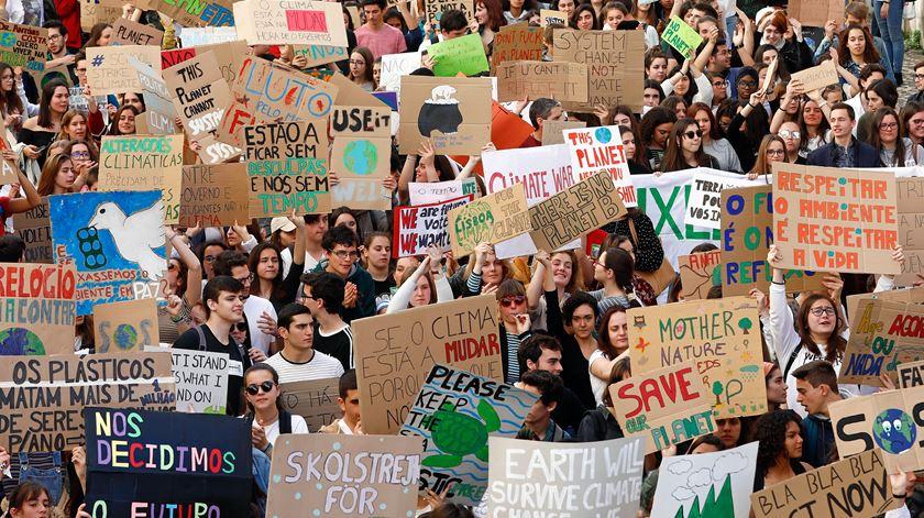 Estudantes de todo o mundo faltam às aulas para exigir ações contra alterações climáticas