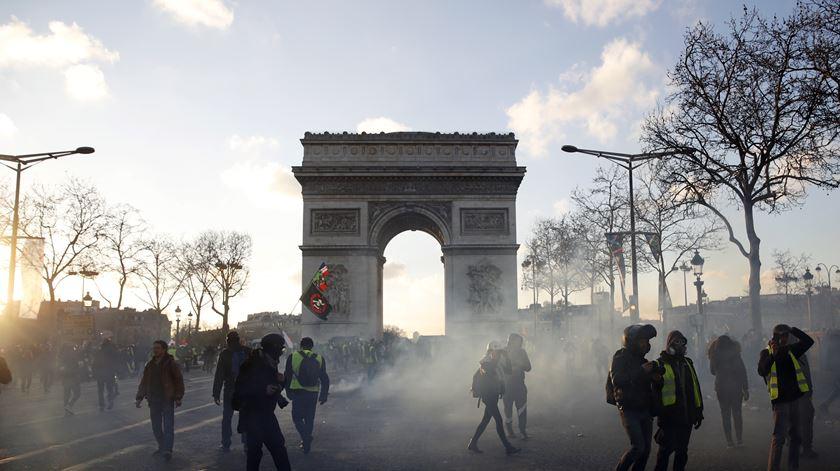 França proíbe novo protesto dos coletes amarelos convocado para este sábado nos Campos Elísios