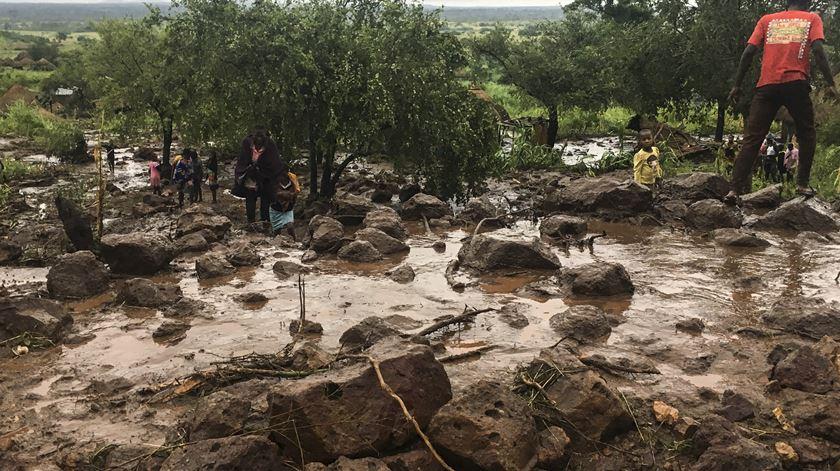 Enxurrada de lama fez desaparecer algumas aldeias, diz Presidente. Foto: André Catueira/Lusa