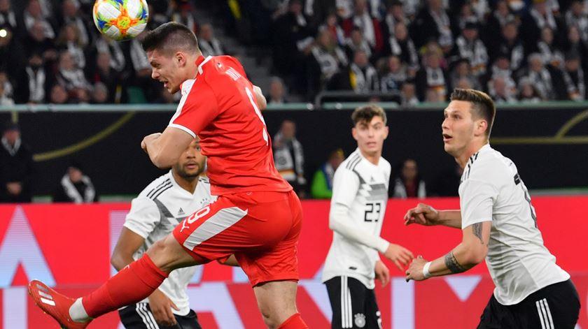 Sérvia empata com golo de Jovic