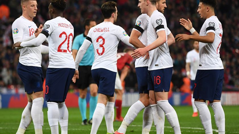 Inglaterra entra a perder, mas goleia Montenegro