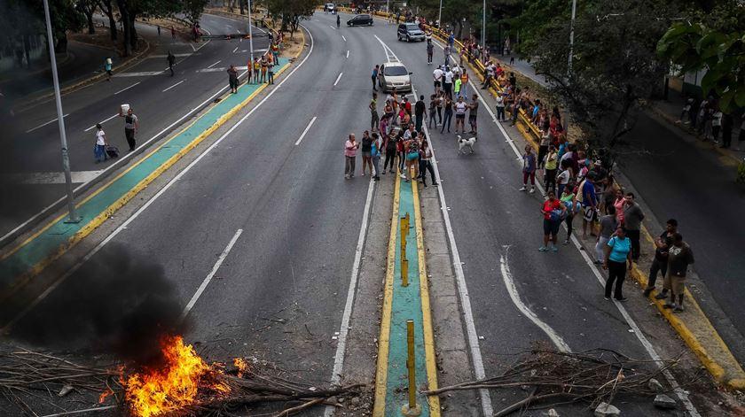 Venezuelanos protestam contra falta de eletricidade e água