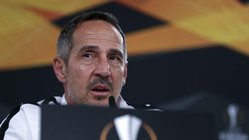 Treinador do Eintracht quer superar má fase com triunfo sobre o Vitória de Guimarães