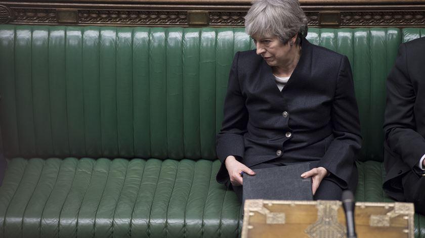 Theresa May promete anunciar data da demissão antes do verão
