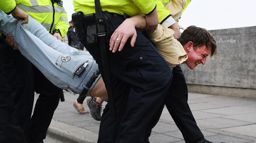 Quase 300 pessoas detidas em Londres em protestos contra alterações climáticas