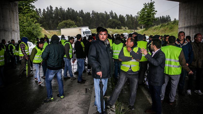 Greve dos motoristas de matérias perigosas leva ministro a pedir revisão da lei. Sindicatos falam em dramatização. Foto: Mário Cruz/Lusa