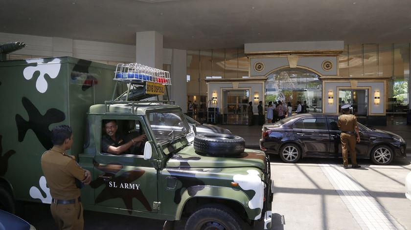 Militares à entrada do Cinnemon Grande Hotel, em Colombo.