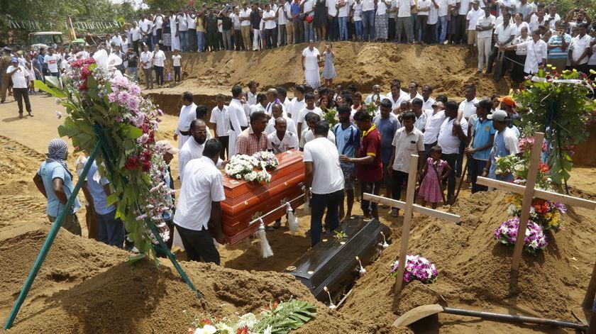Menos 100 vítimas. Sri Lanka revê número de mortos dos ataques