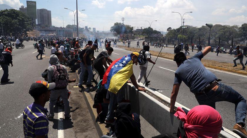 Militares que apoiam Guaidó disparam para proteger populares