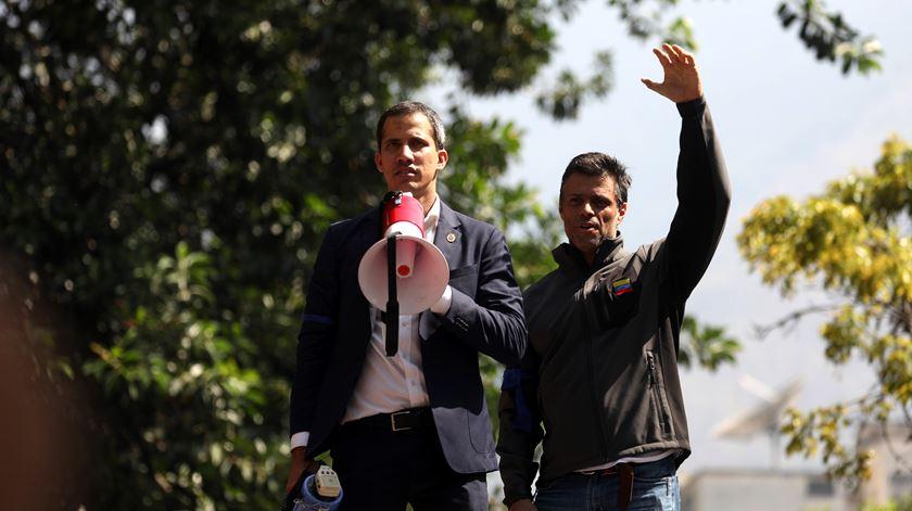 """Guaidó discursa para multidão em Caracas. """"Hoje estamos aqui e vamos resistir aqui"""""""