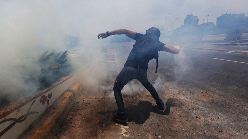 Confrontos continuam na Venezuela. Guaidó apela a greve geral