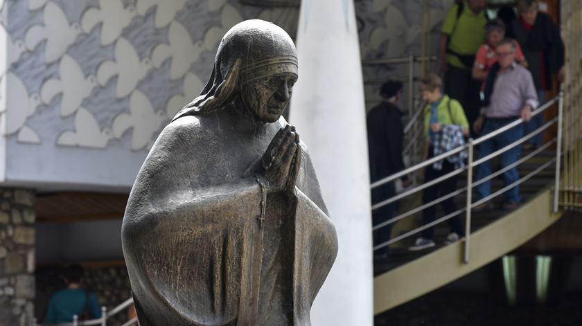 Papa faz viagem de homenagem a Madre Teresa de Calcutá