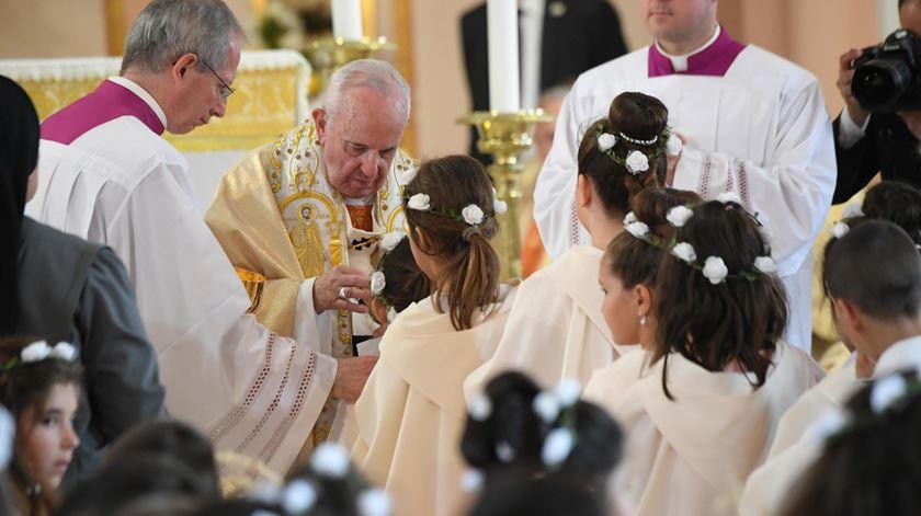 Papa preside missa onde 245 crianças celebraram a primeira comunhão