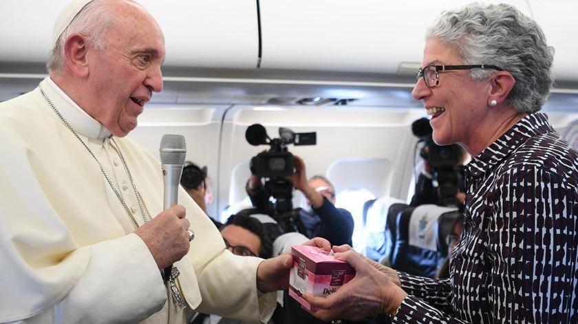 """""""São rosas da Bulgária"""". Papa presenteia Aura Miguel na 100.ª viagem da jornalista"""