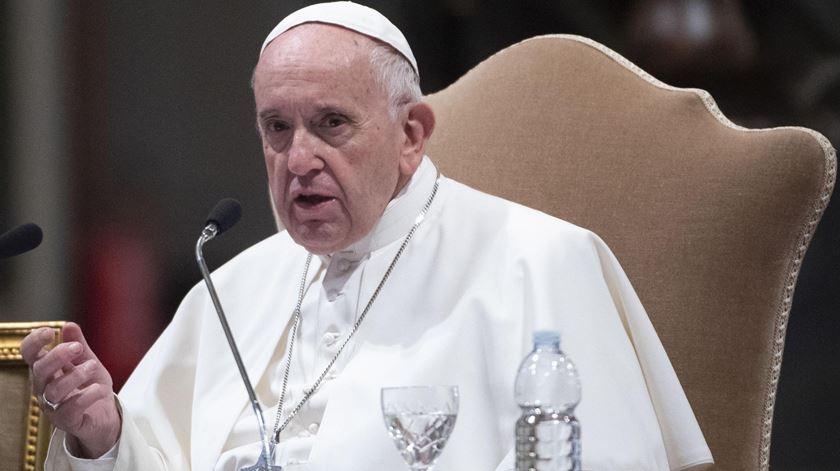 De partida para a Roménia, Papa pede fim das barreiras que separam pessoas