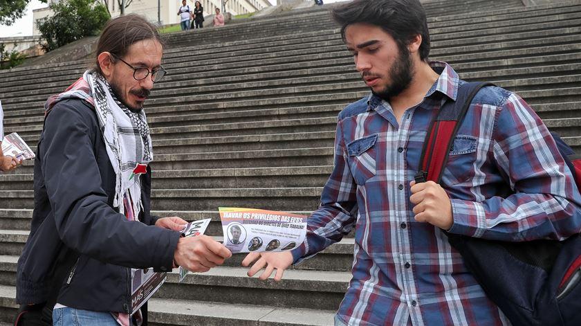 Vasco Santos, cabeça de lista do MAS, distribui panfletos em Coimbra. Foto: Paulo Novais/Lusa